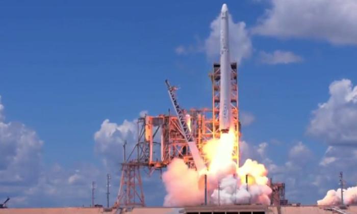 SpaceX успешно запустила грузовой корабль Dragon и посадила первую ступень