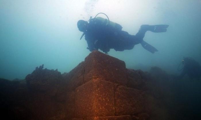 На дне турецкого озера нашли огромный 3000-летний замок