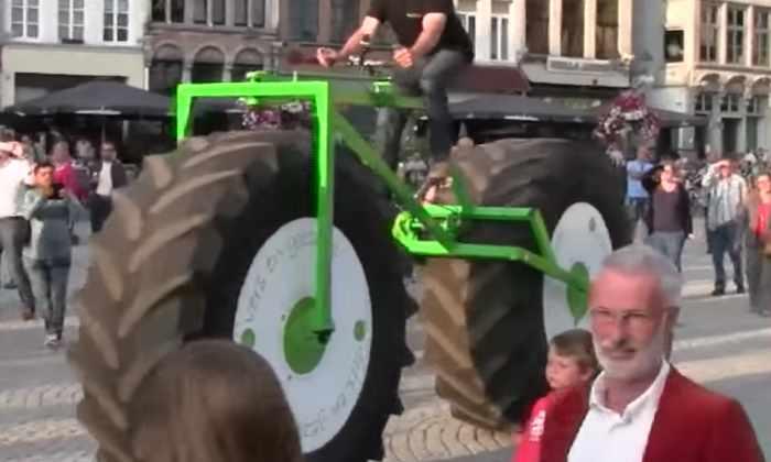 Видео: бельгиец сконструировали самый большой в мире байк