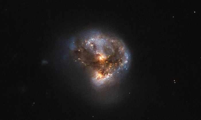 «Хаббл» сфотографировал супер яркую галактику-лазер