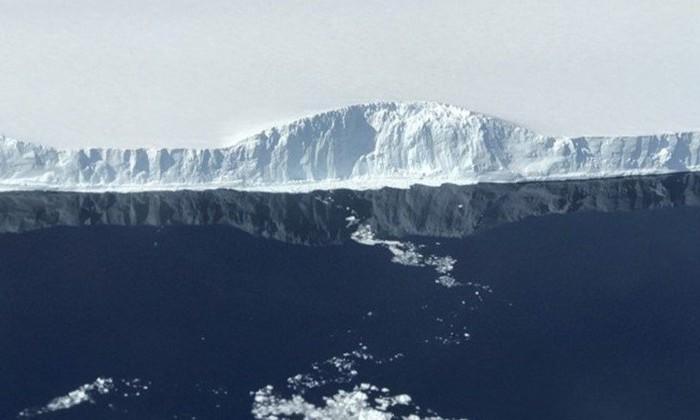 NASA показала фото гигантского айсберга, отколовшегося в Антарктиде в июле