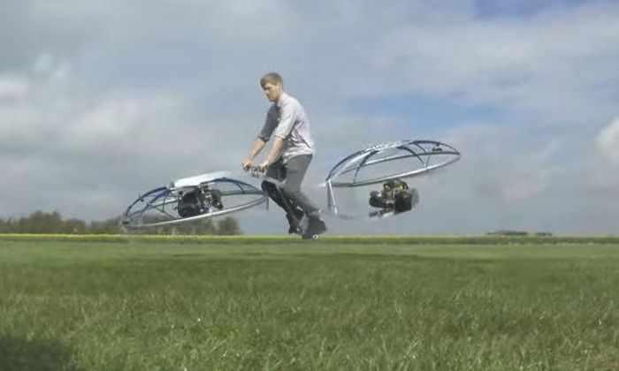 Британец представил крупнейший в мире самодельный летающий мотоцикл